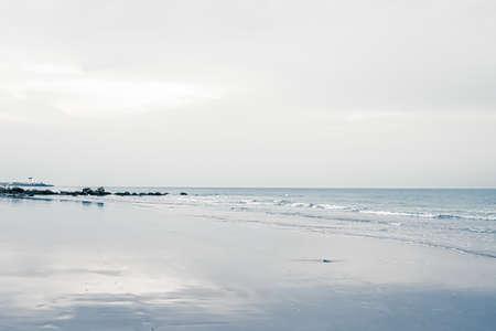 Foto de Beautiful sea or ocean horizon, coast view from tropical sand beach, summer vacation travel and holiday destination scene - Imagen libre de derechos