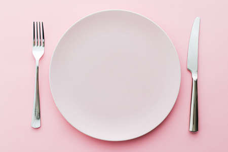 Photo pour Empty plate and cutlery as mockup set on pink background, top tableware for chef table decor and menu branding design - image libre de droit