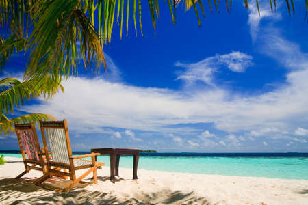 Foto de Relaxing on tropical paradise with white sand at Maldives and green palms with blue sky - Imagen libre de derechos