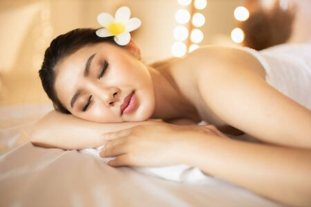 Photo pour Asian Beautiful, young and healthy woman in spa salon. Massage treatment spa room  . Traditional medicine and healing concept. - image libre de droit