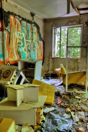 Photo pour Abandoned, messy and trashed house interior with graffiti on walls - image libre de droit