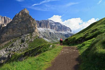 Photo pour biker on high mountain road, Italian Dolomites - image libre de droit