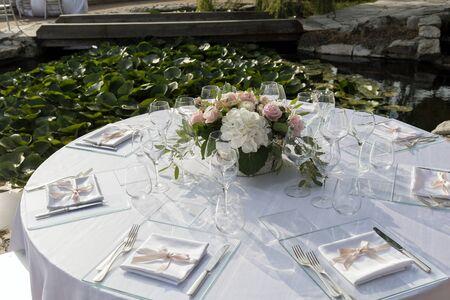 Photo pour Detail of Table set for outdoor wedding banquet - image libre de droit