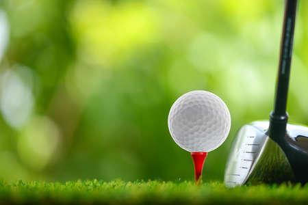 Photo pour drive a golf ball on tee - image libre de droit