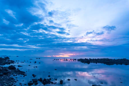Photo pour Tropical nature sea or beach in summer with sunrise in themorning blue sky background. - image libre de droit