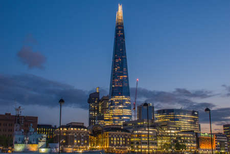 Foto de Sunset on the London skyline with the new The Shard skyscraper. Long exposure. - Imagen libre de derechos