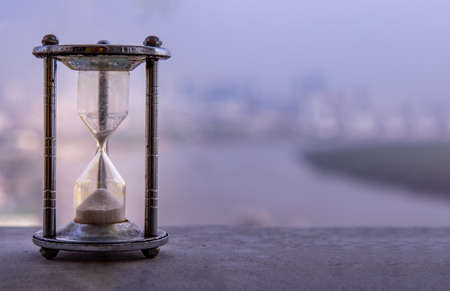 Photo pour Hourglass with blur city at evening time. Beauty and past moments concepts with copy space. vintage style - image libre de droit