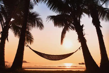 Photo pour hammock and palm trees on the beach - image libre de droit