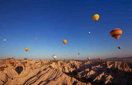 Foto de beautiful landscape with hot air balloons and mountains in Cappadocia, Turkey - Imagen libre de derechos