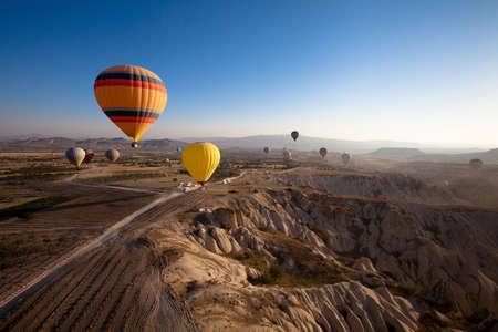 Foto de inspiring beautiful landscape with hot air balloons - Imagen libre de derechos