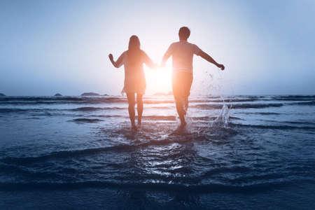 Foto de loving couple enjoy the sea at sunset - Imagen libre de derechos