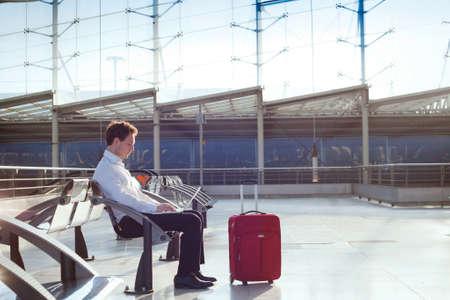 Foto de businessman waiting in the airport with laptop - Imagen libre de derechos