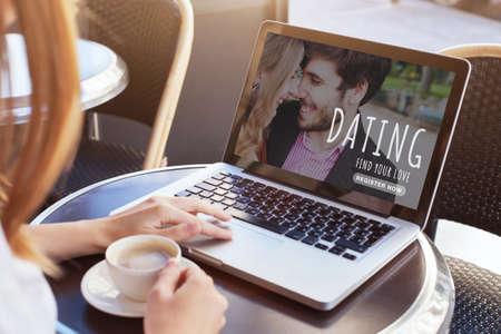 Photo pour dating online, woman looking for boyfriend, find love on internet - image libre de droit
