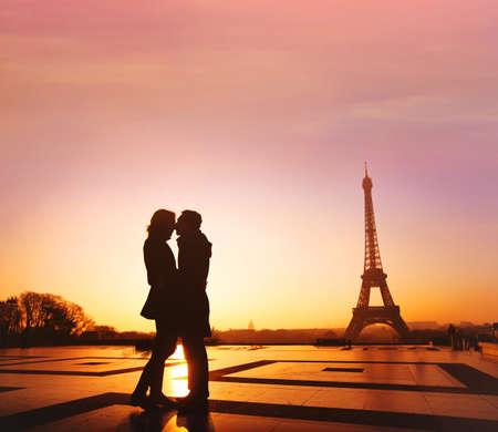 Photo pour travel to Paris, honeymoon getaway to France, Europe, silhouette of romantic couple kissing near Eiffel tower - image libre de droit