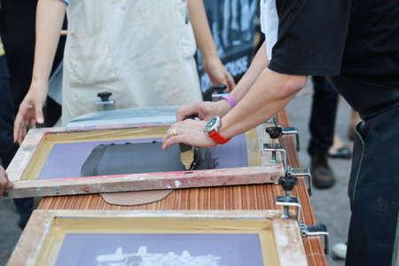 Photo pour preparing manual shirt screen print - image libre de droit