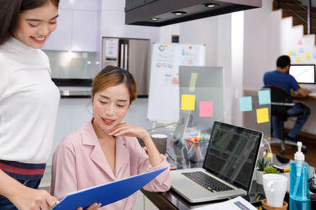 Foto de Asian Business Team brainstorm meeting. Business start up working at Private Home Office. New generation business people working New business development, Startup concept. - Imagen libre de derechos