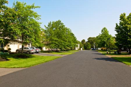 Photo pour Quiet street in small american town - image libre de droit