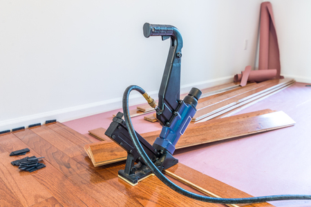 Foto de Hardwood floor and installation tools - Imagen libre de derechos