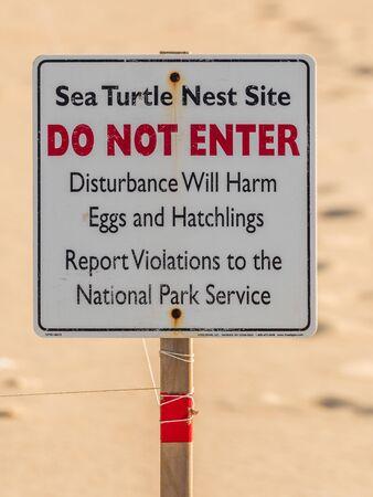 Photo pour Sea Turtle Nest Sign at Outer Banks Atlantic Beach - image libre de droit