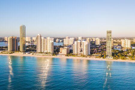 Foto de Aerial panorama of skyline at waterfront of South Florida - Imagen libre de derechos