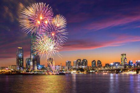 Foto für Seoul Fireworks Festival in Night city at Yeouido, South Korea. - Lizenzfreies Bild