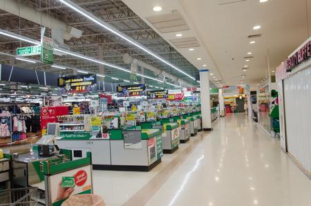 Photo pour Supermarket store blur background ,Cashier counter with customer - image libre de droit