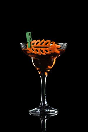 Photo pour Art in orange- fruits carving. How to make to citrus garnish design for a drink. Cocktail Rob Roy. Whiskey-based drinks. - image libre de droit