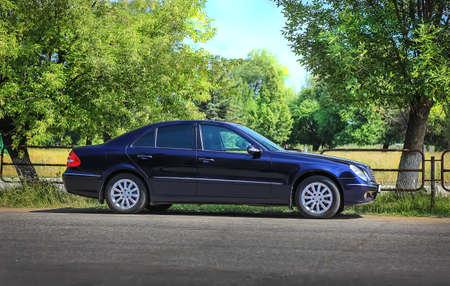 Photo pour dark car on roadside near park - image libre de droit