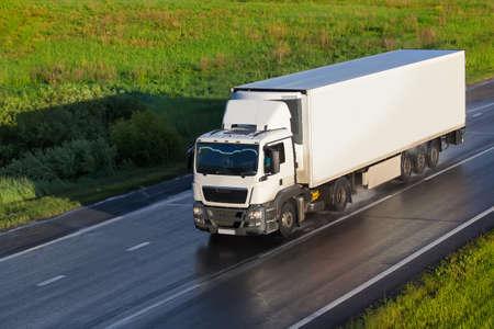 Foto de big powerful truck moves on highway - Imagen libre de derechos