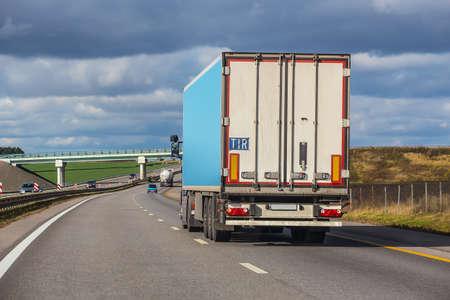 Foto de big truck goes on an automobile outcome - Imagen libre de derechos
