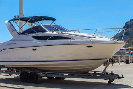 Photo pour white motor yacht on on rails ashore - image libre de droit