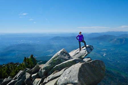 Photo pour Woman in victory pose on mountain top. Mount Pilchuck. Cascades Mountains. Seattle. Washington. United States. - image libre de droit