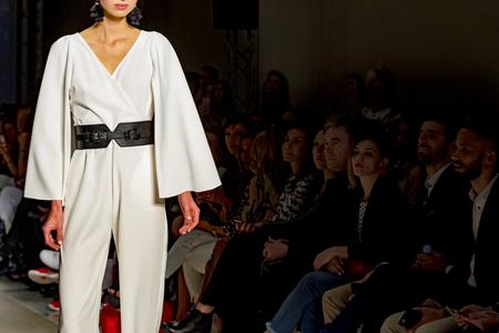 Photo pour female model posing during catwalk - image libre de droit