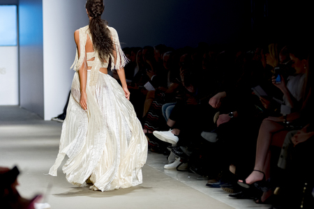 Foto per models catwalk in fashion show - Immagine Royalty Free