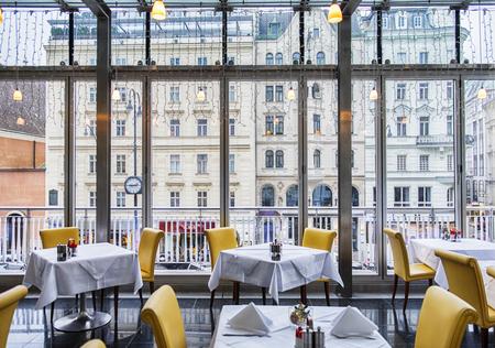 Photo pour view from restaurant window at winter Vienna - image libre de droit