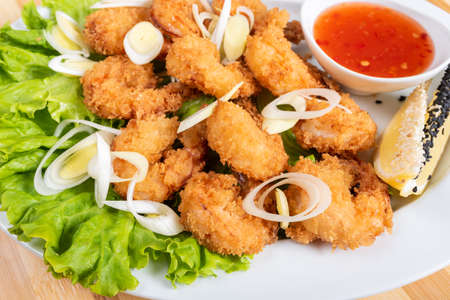 Photo pour Grilled shrimp breaded with sauce and herbs. For any purpose. - image libre de droit