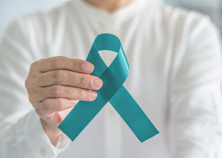 Foto de Teal awareness ribbon bow color for Ovarian Cancer, Polycystic Ovary Syndrome (PCOS) and Post Traumatic Stress Disorder (PTSD) Illness support - Imagen libre de derechos
