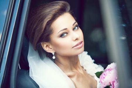 Photo pour Beautiful happy young bride - image libre de droit