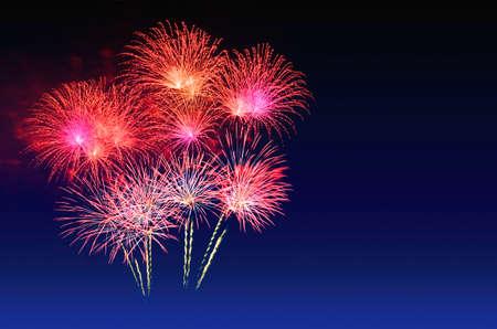 Photo pour Colorful fireworks celebration and the twilight sky - image libre de droit