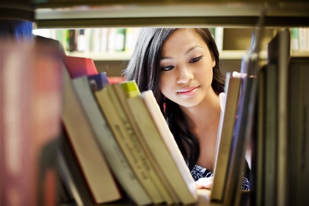 Foto de A portrait of an Asian college student in library - Imagen libre de derechos
