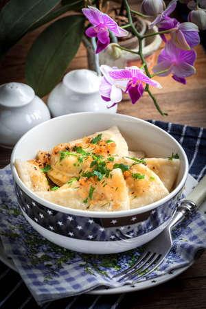 Photo pour Dumplings with meat, onions and bacon on a cast iron skillet. Selective focus. - image libre de droit