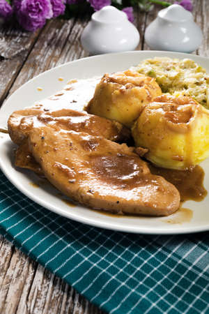 Photo pour Stewed turkey meat in gravy. Selective focus. - image libre de droit