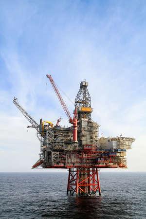 Photo pour NORTH SEA, NORWAY - 2011 APRIL 15. Oil platform Ringhorn in the North Sea working for Esso. - image libre de droit