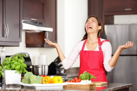 Photo pour Funny cooking image of woman crying and screaming in kitchen giving up making food after unsuccessful cooking attempt  Beautiful young mixed-race Asian Chinese   Caucasian woman in kitchen  - image libre de droit