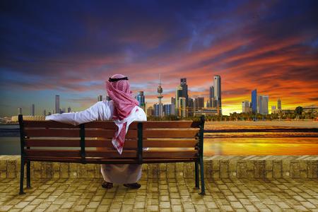 Photo pour A man looking at the cityscape of kuwait - image libre de droit