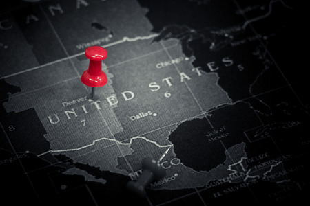 Photo pour Red push pin on United States of America map - image libre de droit