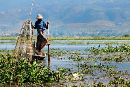 Photo pour fisherman fishing with net in lake -myanmar - image libre de droit
