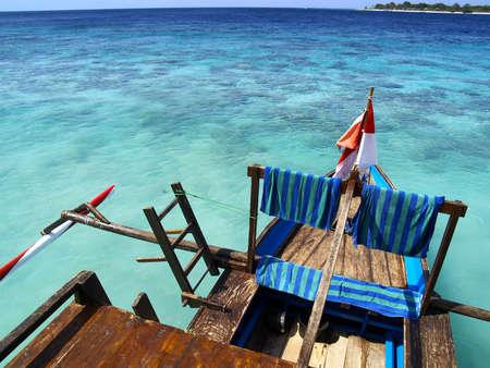 Photo pour balinese boat on white sand beach - image libre de droit