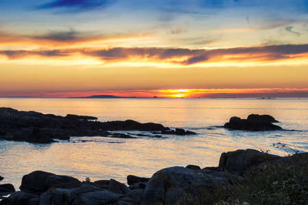 Photo pour Arousa estuary mouth at golgen sunset from the rocky coast of Arousa Island - image libre de droit