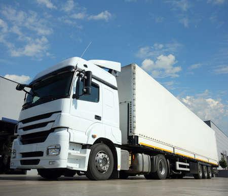 Foto de Cargo Truck Delivery and transport - Imagen libre de derechos